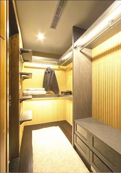 卧室衣柜的装修设计不仅能够帮助陈列衣物用品,更是体现了这家主人的