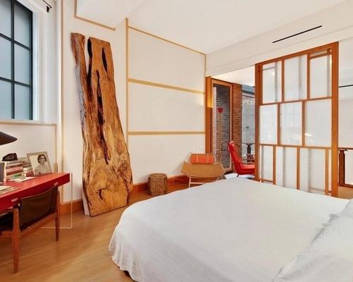 原木风格卧室的装修效果图中我们可以看到从地板和吊顶以及墙
