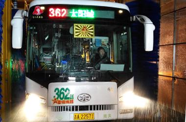 """""""通道式大巴洗车机""""3月中旬在省内公交行业首次启用,这一装置大高清图片"""