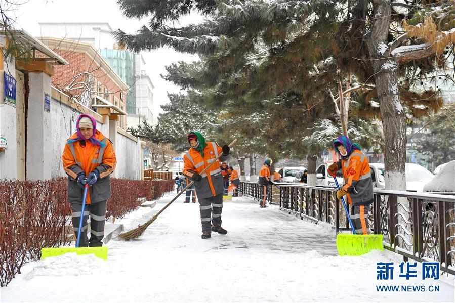 (新华视界)(1)长春:万余名环卫工清雪保出行