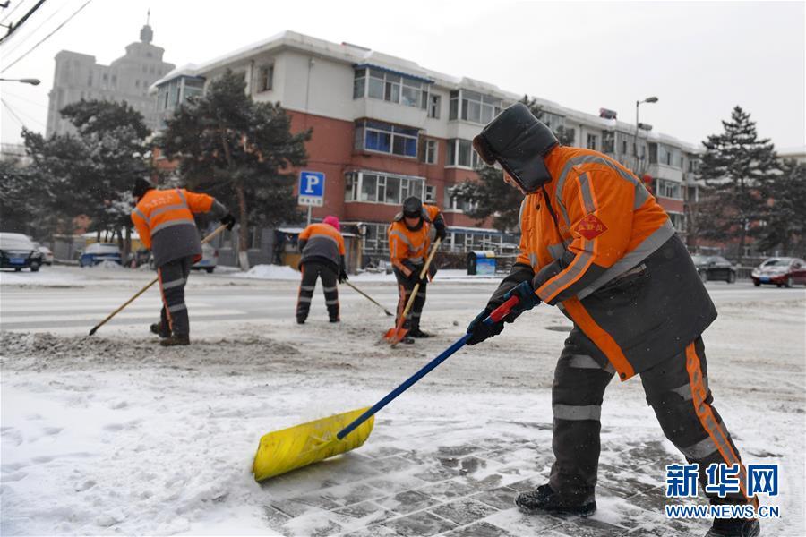 (新华视界)(2)长春:万余名环卫工清雪保出行