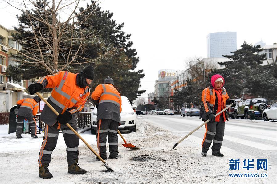 (新华视界)(3)长春:万余名环卫工清雪保出行