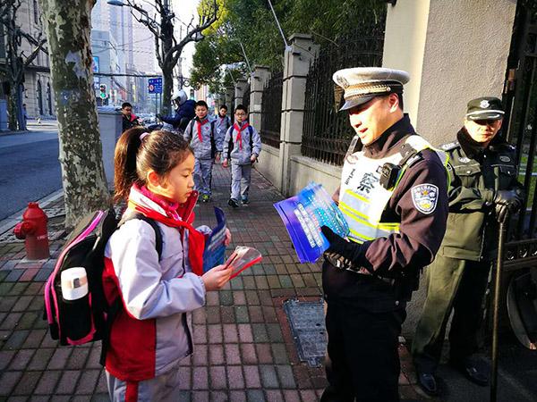新时代新景象新作为|开学日上海数千警力护校保障交通