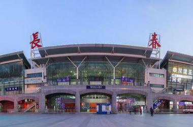 长春火车站返程高峰 出租车等候区已由单排通道换为双排