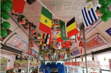 澳门博彩在线娱乐公交司机布置世界杯主题车厢