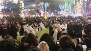 在首尔弘大街头看表演