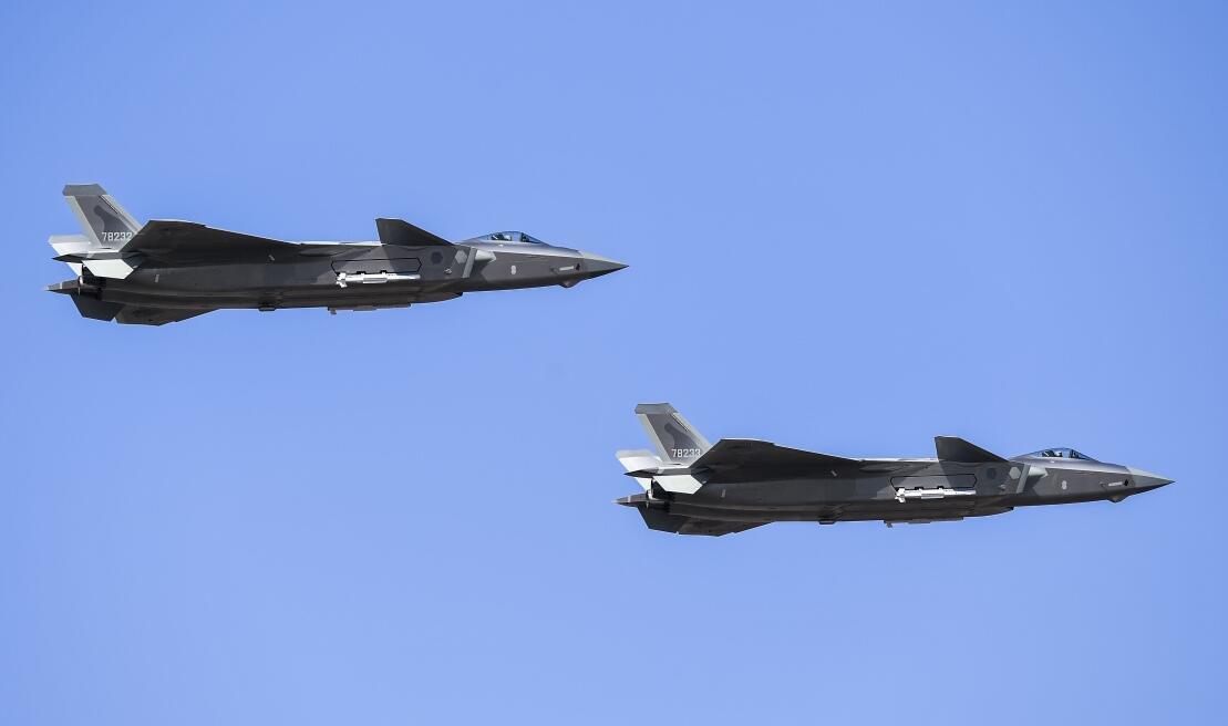 歼-20、运-20首次在东北地区进行飞行展...