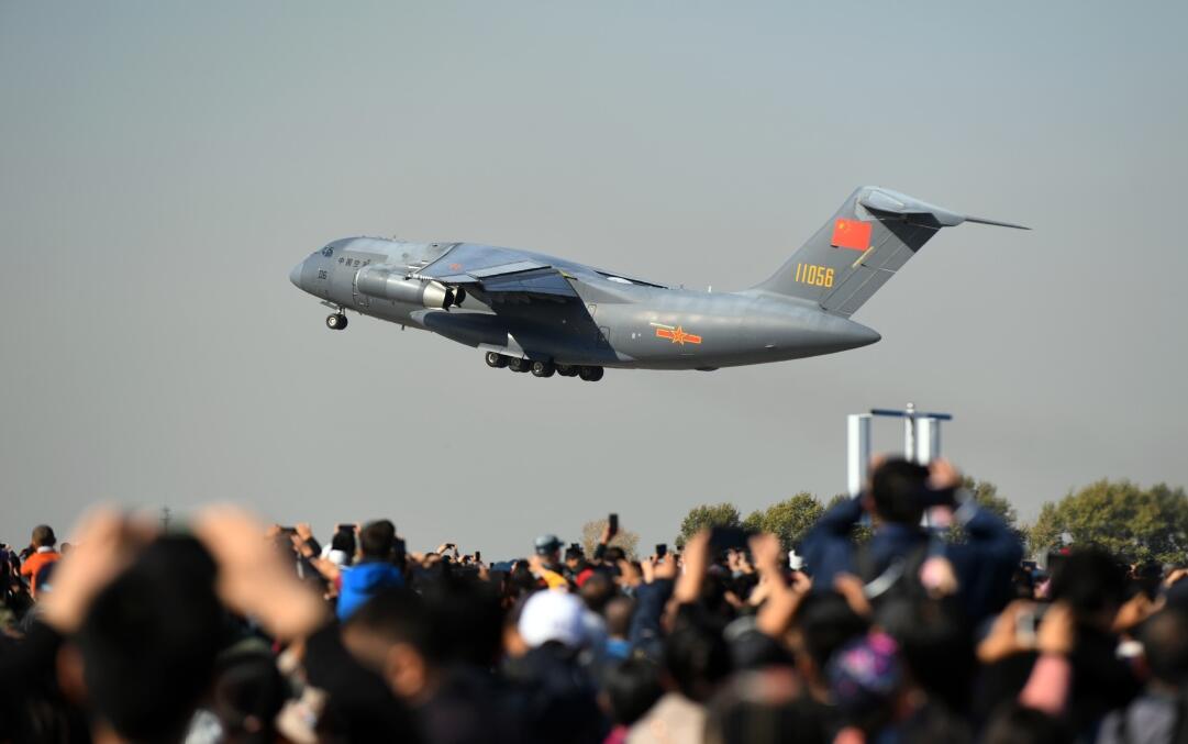 大型运输机运-20进行飞行展示