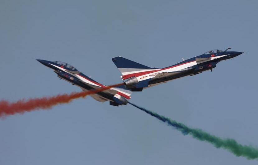 10型35架飞机进行飞行展示