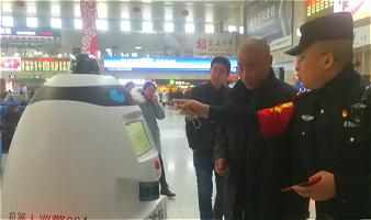 """长春站有位东北腔""""机器人巡警""""大白 自带搞笑气质还能抓网逃"""