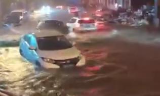 这大雨下的没谁了!不仅仅是考验车技、胆量,重要的还有车!大家注意安全...