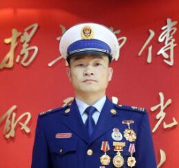 """王洪伟:上云梯灭火的""""尖兵"""" 冰水救援的..."""