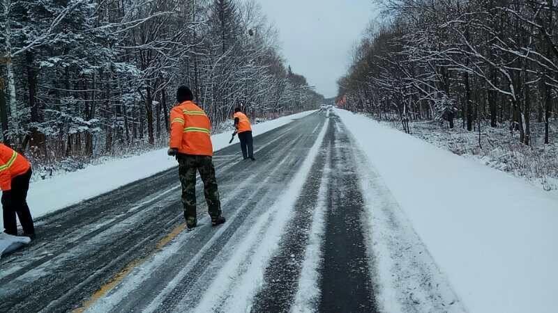 大雪过后 吉林省养路员工镇守干线公路...