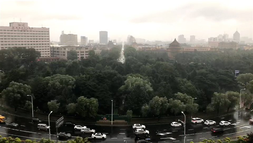 台风下的长春新民广场
