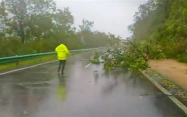 为迎战台风美莎克,露水河森林交警大队全体民警全力以赴坚守在辖区 保障...