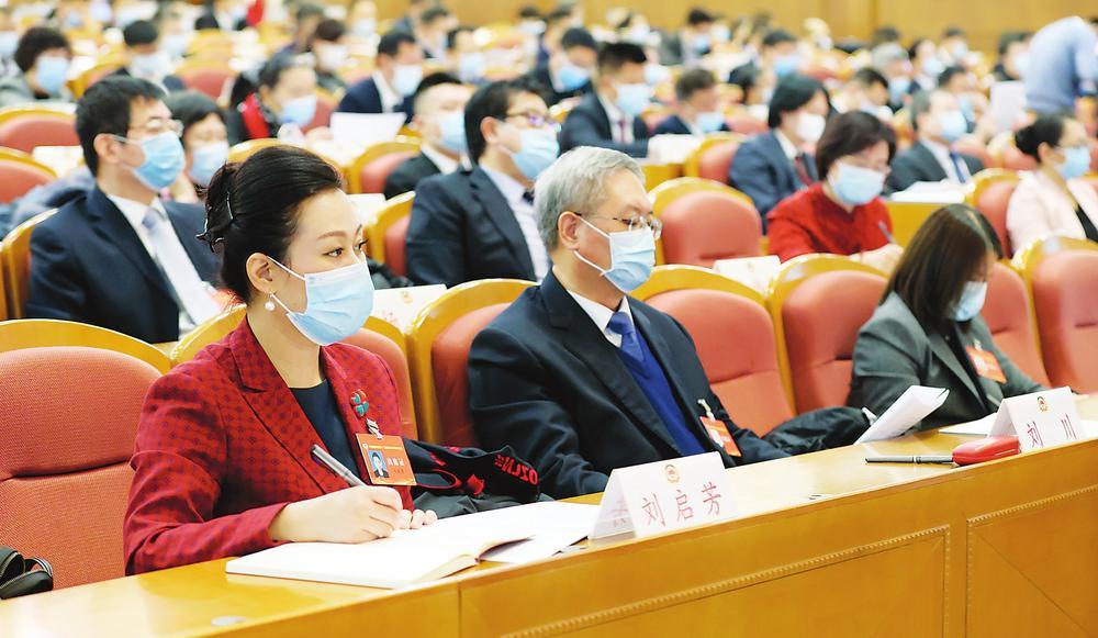 委员们认真听取政协吉林省第十二届委员会常...