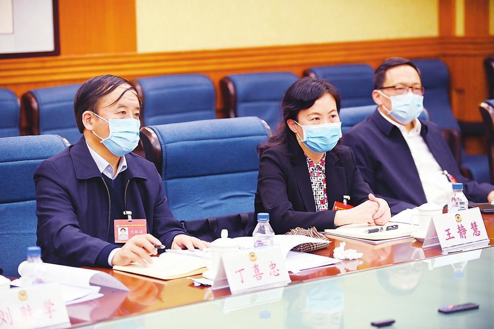 委员们认真讨论政协常委会工作报告和提案工...