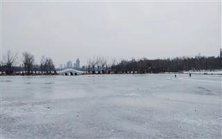 气温回升,冰面碎裂注意安全!
