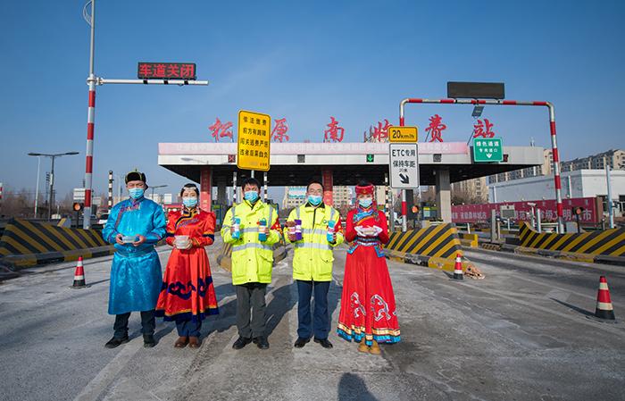 吉林松原收费站员工身穿蒙古族服装...