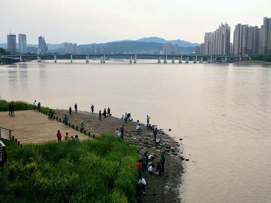 端午节清早 吉林市市民纷纷来到松花江边洗脸