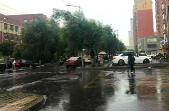 暴雨+雷电 市民出行注意安全!